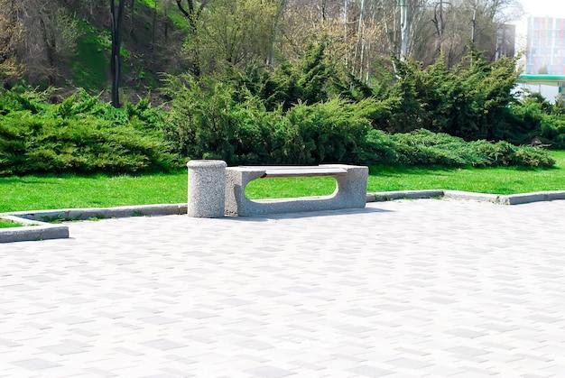 Banc de parc et allée dans le parc en plein air Photo Premium