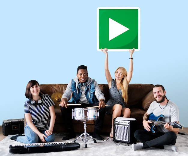 Bande de musiciens tenant une icône de bouton de lecture Photo gratuit