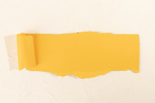 Bande de papier jaune tordue sur fond rose pâle Photo gratuit