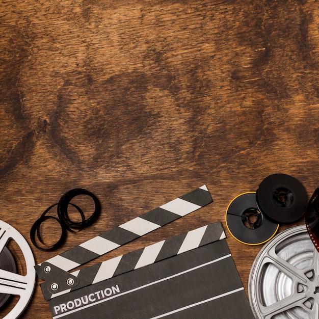 Bandes de film; bobine de film et clap sur un bureau en bois Photo gratuit