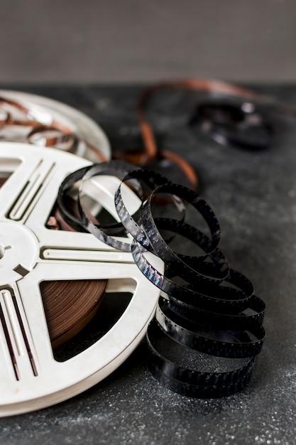 Bandes de film avec bobine de film sur fond sombre Photo gratuit