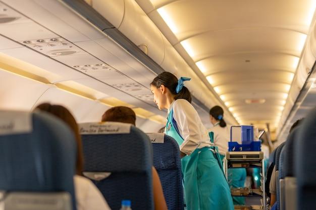 Bangkok, thaïlande - 27 septembre 2018 - les agents de bord de bangkok airways servent des boissons au passeng Photo Premium