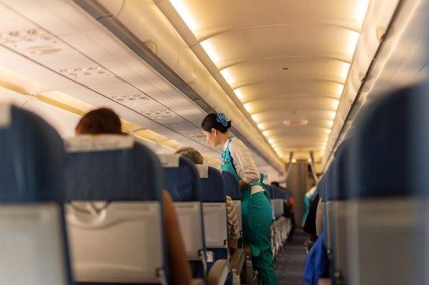 Bangkok, thaïlande - 27 septembre 2018 - hôtesse de l'air servir de la nourriture aux passagers. Photo Premium
