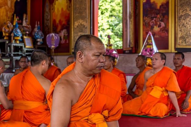Bangkok, thaïlande - 9 juillet 2016: rituel de moine thaïlandais pour changer d'homme à moine lors d'une cérémonie d'ordination à Photo Premium