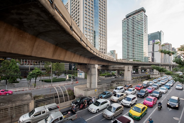 Bangkok, thaïlande. embouteillage sur la route sathorn Photo Premium