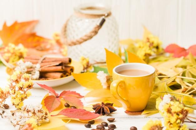 Bannière d'automne avec une tasse de café à la cannelle sur bois blanc Photo Premium