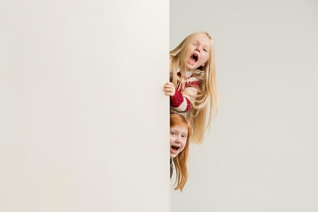Bannière Avec Un Enfants Surpris Furtivement Au Bord Photo gratuit