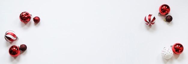 Bannière de noël - décorations rouges sur fond blanc. Photo Premium