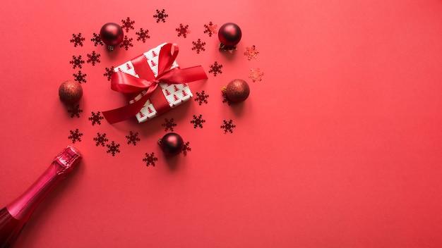 Bannière De Noël Avec Vin Mousseux, Cadeau, Décor De Vacances Rouge Sur Espace Rouge Photo Premium