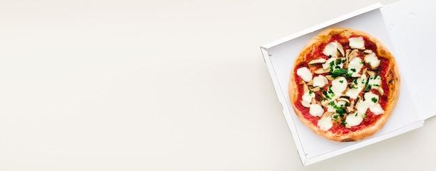 Bannière De Pizza Aux Champignons Dans Une Boîte Pour Livraison, Publicité Ou Menu Photo Premium