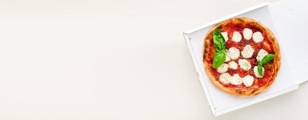 Bannière De Pizza Margherita Dans Une Boîte Pour Livraison, Publicité Ou Menu Photo Premium