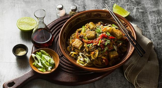 Bannière De Sauté Végétalien Asiatique Avec Tofu, Nouilles De Riz Et Légumes, Vue De Dessus. Photo Premium