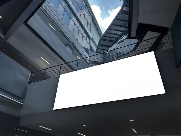 Bannière vierge affiche à l'intérieur de buildingt display. panneau d'affichage blanc pour annonce de promotion et informations de publicité commerciale mock up. Photo Premium