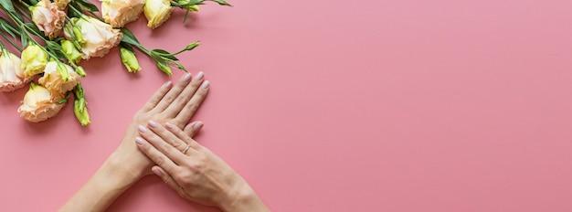 Bannière web avec des mains féminines Photo Premium