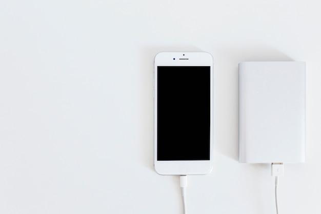 Banque de puissance de charge téléphone intelligent sur la toile de fond blanc Photo gratuit