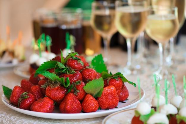 Banquet De Mariage Dans Un Restaurant, Fête Dans Un Restaurant Photo Premium
