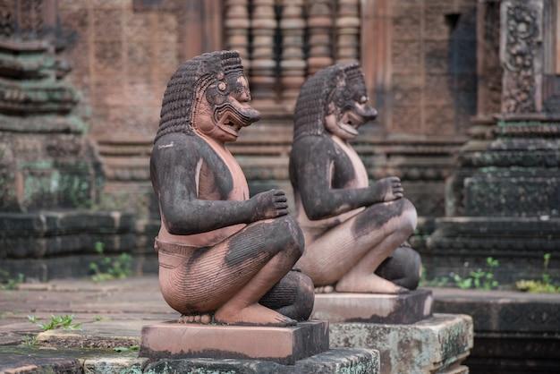 Banteay srei ou banteay srey, ancien temple cambodgien dédié au dieu hindou shiva, angkor, temple khmer, siem reap, cambodge - concept de voyage. Photo Premium