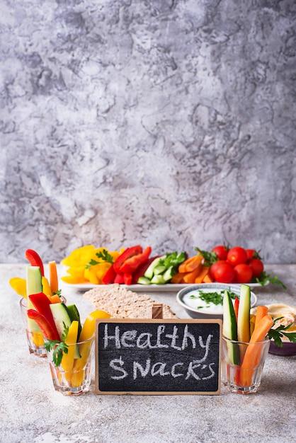 Bar à collations. bâtonnets de légumes et houmous Photo Premium