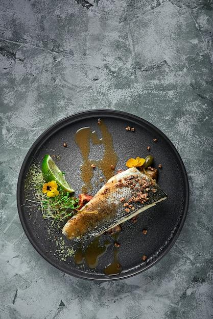 Bar grillé aux aubergines et citron vert Photo Premium