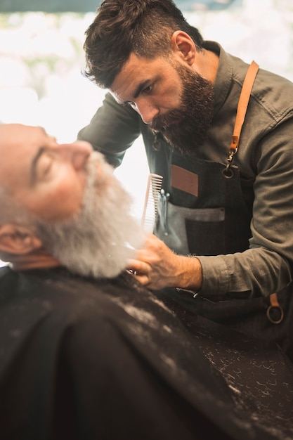 Barbe de salon de coiffure adulte rasage au salon de coiffure Photo gratuit
