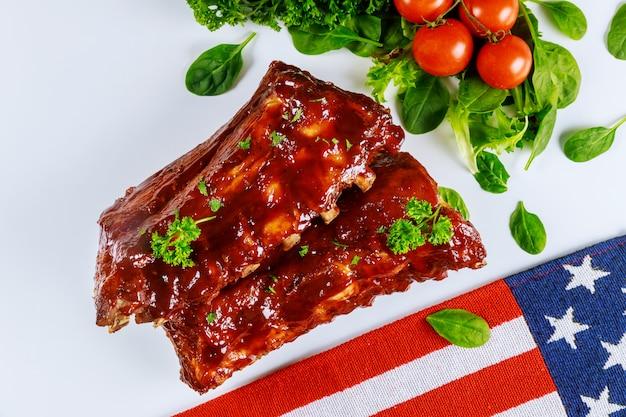 Barbecue Bébé Côtes Levées Avec Légumes Et Drapeau Américain. Photo Premium