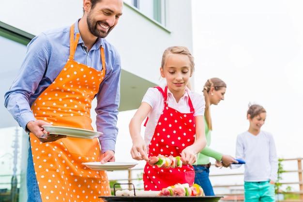 Barbecue en famille ensemble dans la maison de jardin Photo Premium
