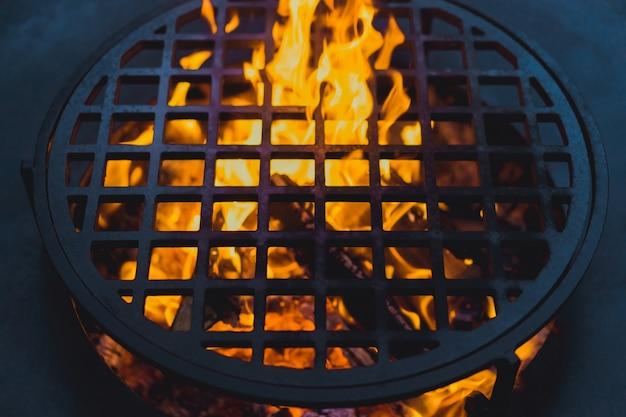 Barbecue, Gros Plan. Cuisiner Professionnellement Sur Un Feu Ouvert Sur Une Grille En Fonte. Photo gratuit