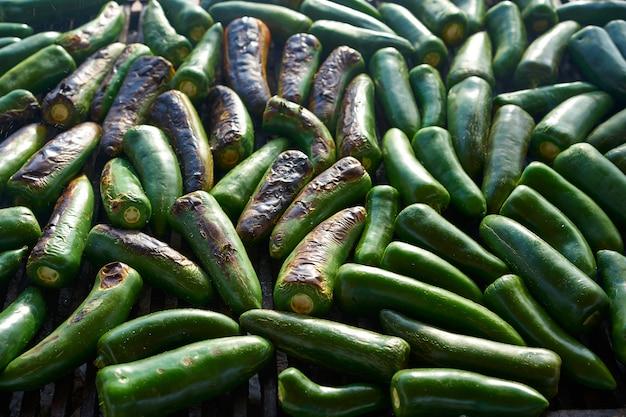 Barbecue jalapeno chiles grillé au mexique Photo Premium