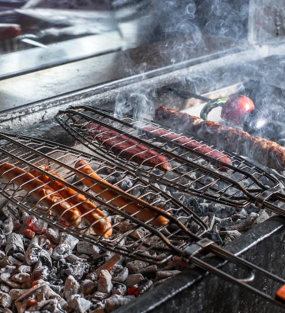 Barbecue de saucisses chaudes en plein air Photo gratuit
