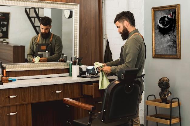 Barber prépare des outils pour travailler dans un salon de beauté Photo gratuit