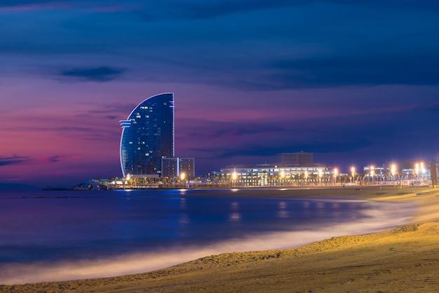 Barcelona beach dans la nuit d'été au bord de la mer à barcelone, en espagne. Photo Premium
