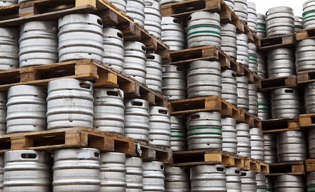 Barils de bière en rangées Photo gratuit