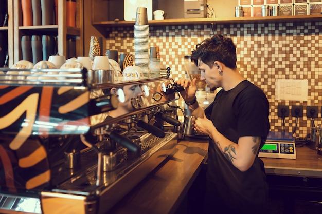 Barista Au Travail Dans Un Café Photo gratuit