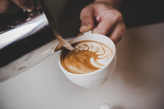 Barista faisant le cappuccino. Photo gratuit