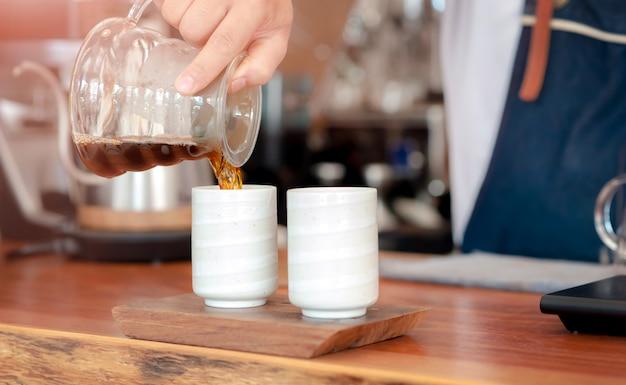 Barista préparant un café avec coulée Photo Premium
