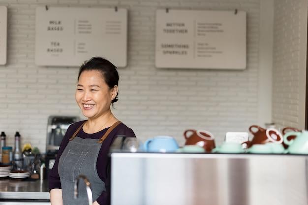 Barista prépare le concept de fonctionnement du café Photo gratuit
