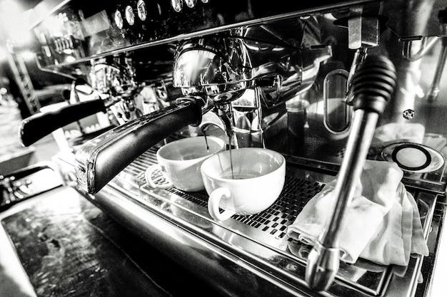 Barista travaillant dans un café close up Photo Premium