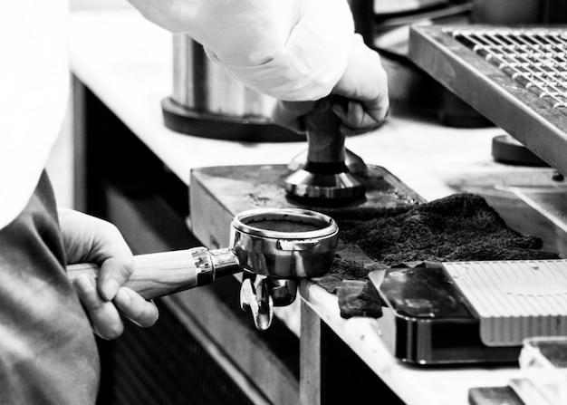 Barista travaillant dans un café Photo Premium