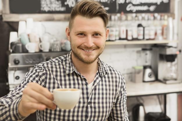 Barista travaillant dans son café Photo Premium