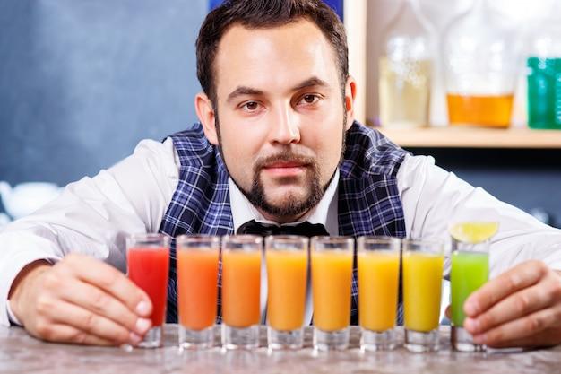 Barman Au Travail, Préparant Des Cocktails. Photo gratuit