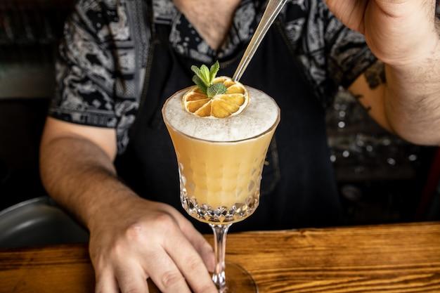 Barman Avec Un Cocktail Photo gratuit