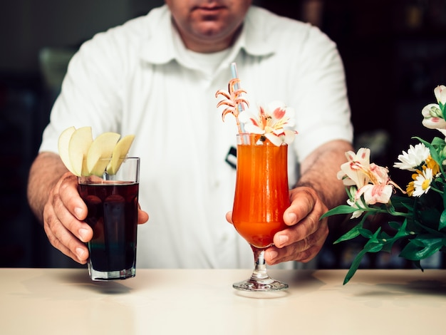 Barman donnant des cocktails alcoolisés Photo gratuit