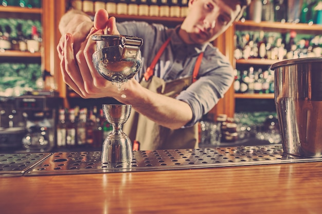 Un Barman Expert Prépare Un Cocktail En Boîte De Nuit. Photo gratuit