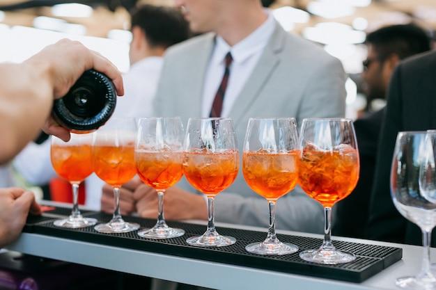 Barman Faisant Des Cocktails Lors D'une Fête Photo Premium