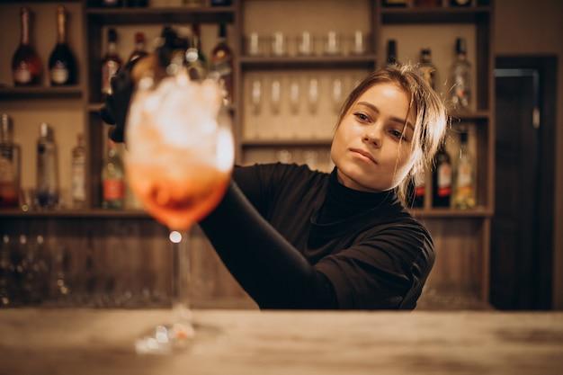 Barman Femelle Versant Du Champaigne En Cocktail Photo gratuit