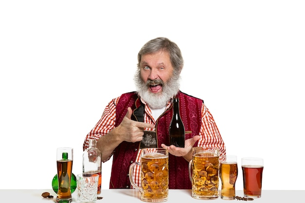 Le Barman Masculin Expert Senior Avec De La Bière Au Studio Isolé Sur Blanc Photo gratuit