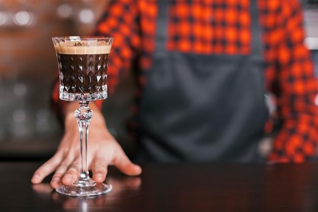Barman préparant un cocktail rafraîchissant Photo gratuit