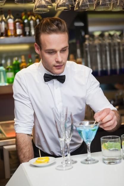Barman préparant un verre au comptoir Photo Premium
