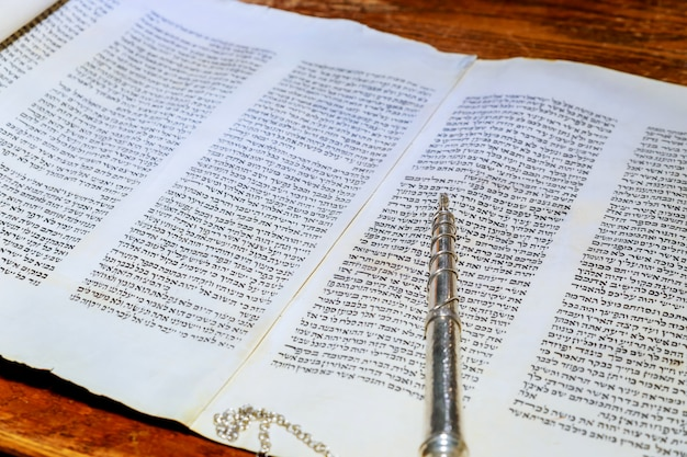 Barmitzvah en lisant des rouleaux de la torah dans le bar des fêtes bar mitzvah torah en train de lire Photo Premium