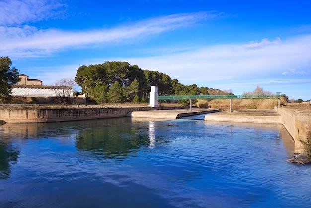 Barrage de la presa dans le parc de la rivière turia à valence, en espagne Photo Premium